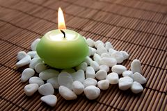 Meditation mit brennender Kerze Lizenzfreies Stockbild