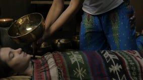 Meditation mit Tibetaner-Gesangschüsseln Langsame Bewegung stock footage