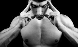 Meditation - muskulöser Mann in der tiefen Konzentration Stockbild