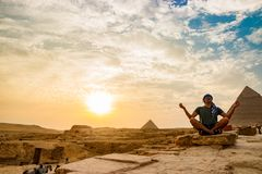 Meditation nahe den Pyramiden in Kairo, Ägypten Stockfotografie