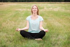 Meditation på ängen Fotografering för Bildbyråer