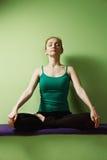 Meditation på bänk Royaltyfria Bilder