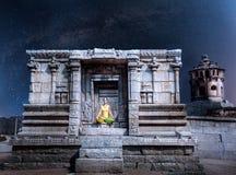 Meditation på natten i Hampi Arkivbilder