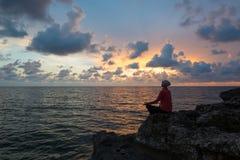 Meditation på sjösidan Royaltyfri Bild