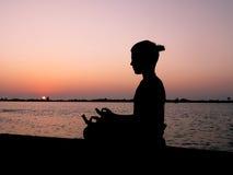 Meditation på solnedgången Fotografering för Bildbyråer