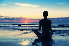 Meditation på stranden Royaltyfria Foton