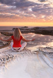 Meditation am Sonnenaufgang stockfotos