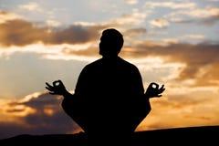 Meditation am Sonnenuntergang stockbilder