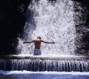 Meditation unter Wasserfall Lizenzfreies Stockbild