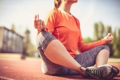 Meditation utanför 15 woman young Fotografering för Bildbyråer