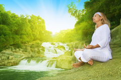 Meditation zur Sonnenaufgangzeit Lizenzfreie Stockbilder