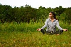 Meditationbegrepp för ung kvinna i natur Royaltyfri Bild