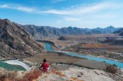 meditationberg över floden Arkivbild