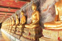 Meditationbuddha statyer i watsuthat för buddistisk tempel, bangkok, Fotografering för Bildbyråer