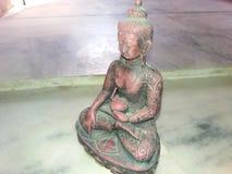 Meditationen för Lord Buddha ` s fördjupar STATYN MED SIDOSIKT Arkivbild