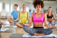 Meditationen i lotusblomma poserar i konditionmitt arkivfoton
