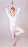 meditationen poserar plattform kvinnayogabarn Royaltyfri Bild
