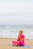 meditationpensionärkvinna Arkivbilder