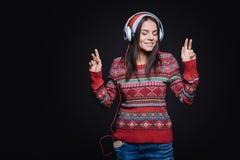 Meditativ ung kvinna som lyssnar till musiken och dansa Fotografering för Bildbyråer