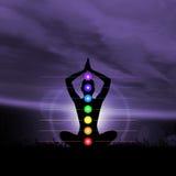 Meditazione astrale Siluetta di una donna che fa esercizio di yoga Immagine Stock