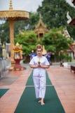 Meditazione buddista delle suore che cammina sul tempio della Tailandia Immagine Stock