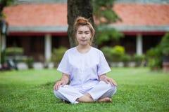 Meditazione buddista delle suore sul tempio della Tailandia Immagini Stock