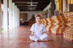 Meditazione buddista delle suore sul tempio della Tailandia Fotografie Stock Libere da Diritti