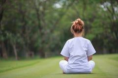 Meditazione buddista delle suore sul tempio della Tailandia Immagine Stock Libera da Diritti