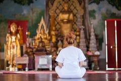 Meditazione buddista delle suore sul tempio della Tailandia Fotografie Stock