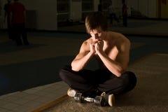 Meditazione del bodybuilder Fotografia Stock Libera da Diritti