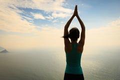 Meditazione della donna alla spiaggia di alba Fotografia Stock Libera da Diritti