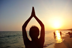 Meditazione della donna di yoga alla spiaggia di alba Fotografia Stock Libera da Diritti