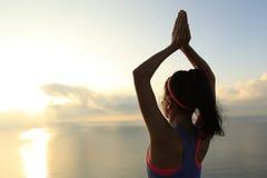 Meditazione della donna di yoga alla spiaggia di alba Immagini Stock