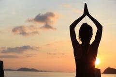 meditazione della donna di yoga di forma fisica alla spiaggia di alba Fotografia Stock Libera da Diritti