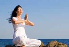Meditazione della donna nella spiaggia Fotografia Stock