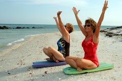Meditazione delle donne sulla spiaggia Fotografie Stock