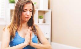Meditazione di pratica della giovane donna Fotografia Stock