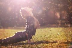 Meditazione di pratica di mattina della donna in natura immagini stock