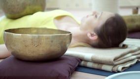 Meditazione di pratica di yoga della donna con la ciotola di canto stock footage