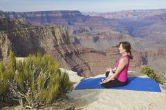 Meditazione di yoga al grande canyon Fotografia Stock