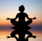 Meditazione di yoga di sera Immagine Stock