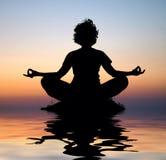 Meditazione di yoga di sera Immagini Stock