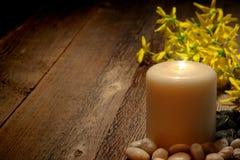 Meditazione e candela spiritose della colonna di riflessione immagini stock