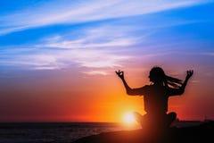 Meditazione e stile di vita sano sull'oceano durante il tramonto stupefacente immagini stock