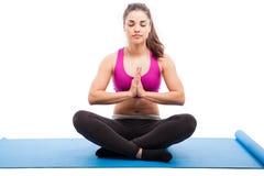 Meditazione e yoga in uno studio fotografia stock libera da diritti