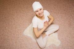 Meditazione, giovane donna nella posa del loto di yoga immagine stock libera da diritti