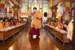 Meditazione nel monastero buddista di grande Stupa la città di Kathmandu, Nepal, dicembre 2017 immagini stock