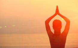 Meditazione sana della donna di yoga alla spiaggia di alba Immagini Stock