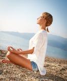 Meditazione sulla spiaggia Immagini Stock