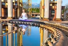 Meditazione urbana di yoga nella posa del loto Fotografia Stock Libera da Diritti